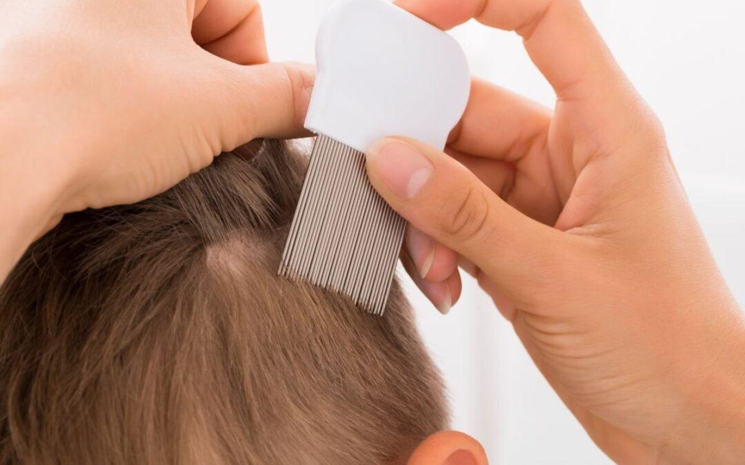 Hoe controleer ik mijn kind op hoofdluis?